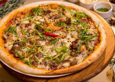 Pizza-peking-duck,-hoisin-sauce,-chilli-&-spring-onion